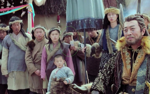 Rổ sạn hài tắt thở phim Hoa ngữ: Điện thoại, giày thể thao bất ngờ xuyên không về thời cổ trang - Ảnh 13.