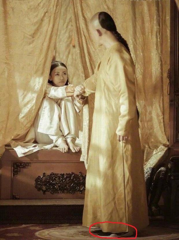 Rổ sạn hài tắt thở phim Hoa ngữ: Điện thoại, giày thể thao bất ngờ xuyên không về thời cổ trang - Ảnh 6.
