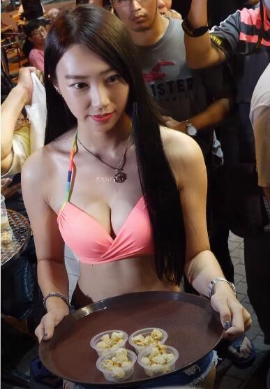 Thuê nguyên dàn hot girl mặc nội y đứng bán, cửa hàng đồ uống bỗng chốc nhiều khách tới chóng mặt - Ảnh 2.