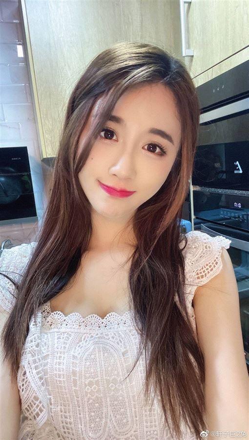 Công khai việc sở hữu hơn 1.000Gb video gợi cảm của bản thân, nữ streamer xinh đẹp bỗng chốc nổi như cồn - Ảnh 5.