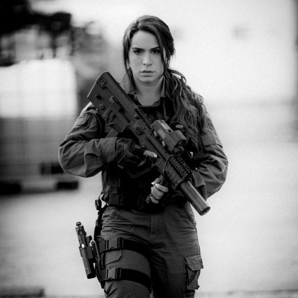 Body căng đét của cực binh sĩ Isarel khiến fan PUBG mê mẩn: Nữ hoàng súng đạn, biểu tượng của nữ quyền - Ảnh 15.