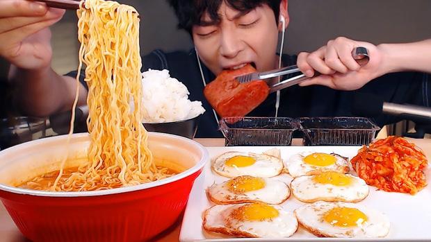 Cứ tưởng làm mukbang vừa được ăn vừa hái ra tiền nhưng các Youtuber xứ Hàn đang phải đứng trước thách thức khắc nghiệt - Ảnh 3.