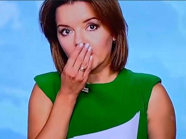 Lên sóng truyền hình, nữ MC khiến khán giả há hốc khi đưa tay lên hứng răng và hàng loạt sự cố không thể nhịn cười của người dẫn chương trình - Ảnh 1.