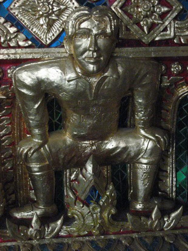 Ngôi chùa Thái Lan có tượng David Beckham và Pikachu đặt dưới bệ thờ - Ảnh 2.