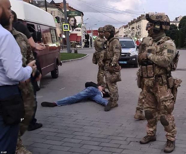 Tay súng bắt cóc 20 con tin để yêu cầu tổng thống Ukraine quay clip quảng cáo phim bảo vệ động vật - Ảnh 5.