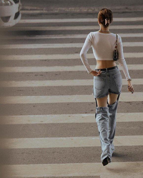 4 mẫu quần jeans quái dị của Ngọc Trinh: Cái rách toang hoác, cái vá chằng chịt, 1 trong số đó bị chê tơi tả - Ảnh 2.