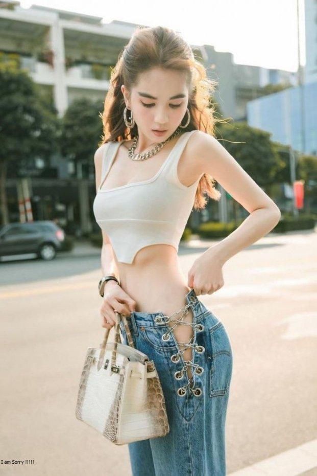 4 mẫu quần jeans quái dị của Ngọc Trinh: Cái rách toang hoác, cái vá chằng chịt, 1 trong số đó bị chê tơi tả - Ảnh 6.