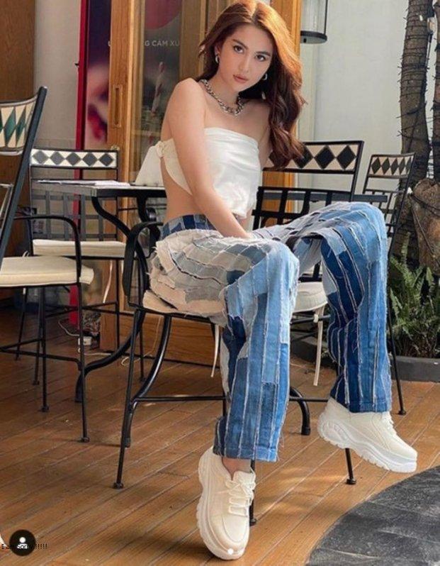 4 mẫu quần jeans quái dị của Ngọc Trinh: Cái rách toang hoác, cái vá chằng chịt, 1 trong số đó bị chê tơi tả - Ảnh 8.
