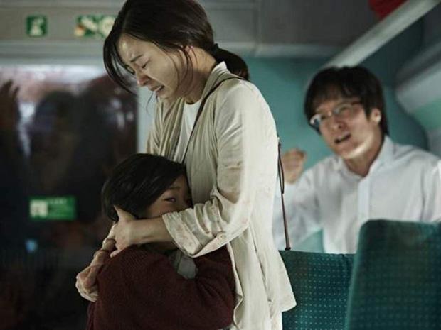 6 giả thuyết rợn người ở bom tấn Train To Busan 2: Con gái Gong Yoo vẫn còn sống, zombie sắp xâm chiếm cả thế giới rồi? - Ảnh 5.