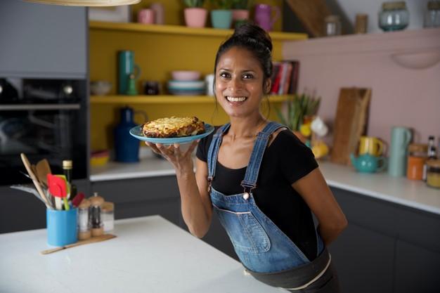 Show ẩm thực Anh dạy nấu ăn như xúc phạm khán giả châu Á: Cơm rang trứng đem luộc rồi mới rang? - Ảnh 4.