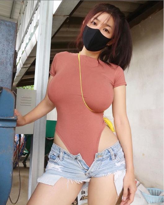 Hot girl vóc dáng nuột nà, khuôn ngực căng tràn gây sốc khi biến khẩu trang thành... quần lót - Ảnh 3.