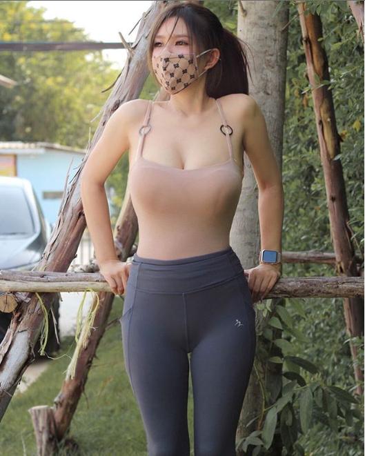 Hot girl vóc dáng nuột nà, khuôn ngực căng tràn gây sốc khi biến khẩu trang thành... quần lót - Ảnh 4.