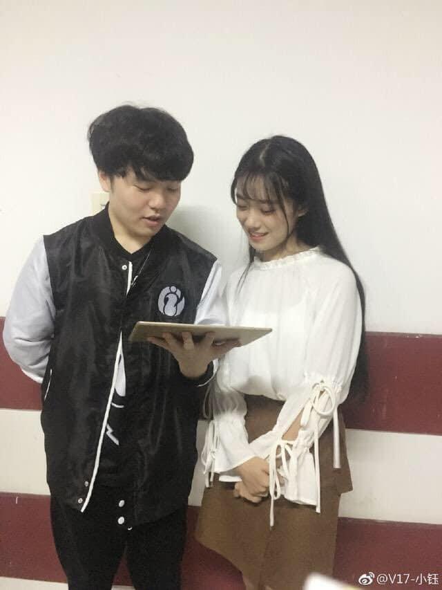 Rookie cùng bạn gái, MC Hilda tình tứ trên sóng LPL, fan chỉ buồn cho Baolan vì vô tình làm bóng đèn - Ảnh 7.