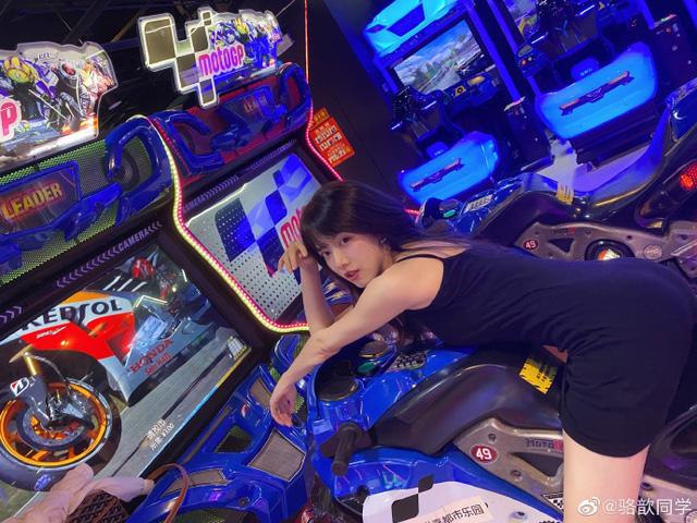 Sau lùm xùm bị đồn là người mẫu khiêu gợi, nữ BLV gợi cảm nhất LMHT Trung Quốc nói lời chia tay LPL - Ảnh 2.