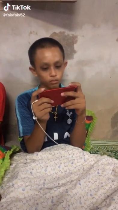 3 cháu nhỏ mắt thâm quầng vì cày game mobile thâu đêm khiến dân mạng lo ngại - Ảnh 2.