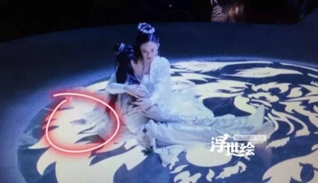 Loạt sạn ngớ ngẩn phim Hoa ngữ khiến diễn viên ngượng chín mặt: Nhọ nhất là Dương Tử bị ekip cho mặc đồ thiếu vải - Ảnh 1.