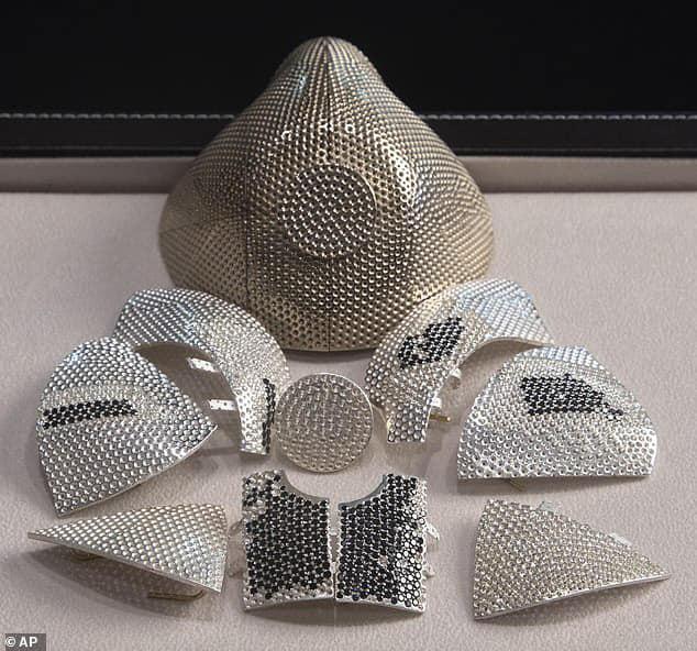 Khẩu trang hàng khủng số 1 thế giới: Giá 34 tỷ đồng, được nạm kín kim cương - Ảnh 2.