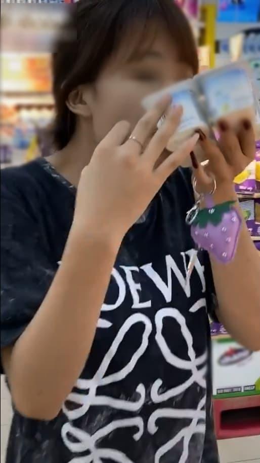 Bóc sữa chua hít hà rồi ăn ngay giữa siêu thị, cô gái khiến cộng đồng mạng tranh cãi kịch liệt Người bảo trả tiền là được, kẻ chê trách hành động vô duyên - Ảnh 1.