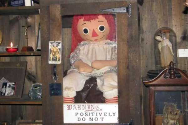 Rộ tin đồn búp bê Annabelle bất ngờ biến mất bí ẩn khỏi bảo tàng Warren, cộng đồng mạng xôn xao, lo sợ - Ảnh 1.