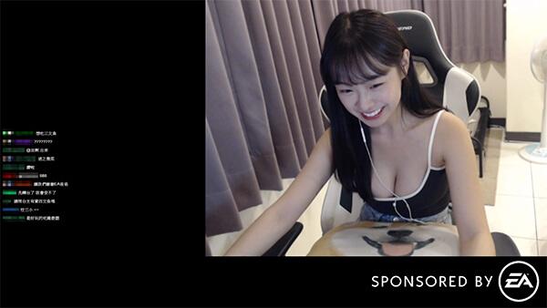 Mặc áo trễ nải tới lộ cả ngực trên sóng, nữ streamer xinh đẹp kịp thời kéo áo, che chắn khi được fan donate nhắc nhở - Ảnh 3.