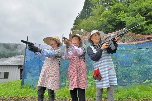 Ba cụ bà Nhật Bản lập nhóm vũ trang, dùng súng hơi quyết khô máu với băng cướp khỉ núi - Ảnh 1.