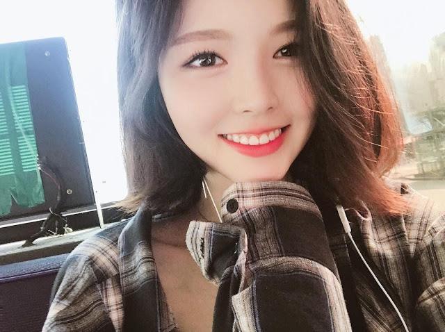 Bị tố giả vờ ăn rồi nhè ra để diễn video, nữ Youtuber Mukbang xinh đẹp nhận phải cơn mưa gạch đá từ phía người xem - Ảnh 1.