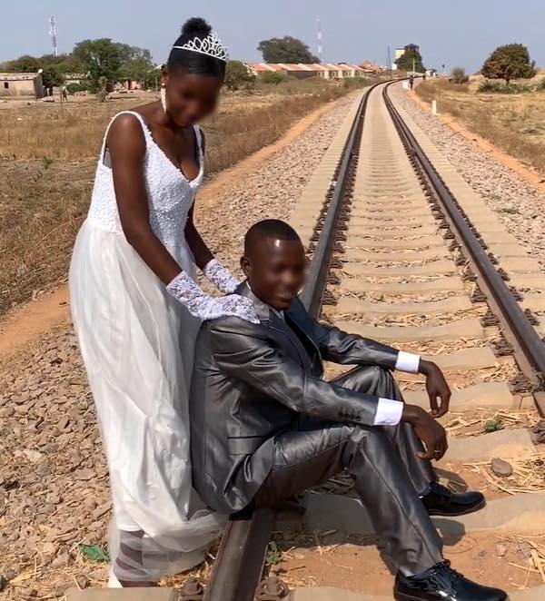 Mang ghế tình yêu làm quà tặng đám cưới ở châu Phi, chàng Youtuber Việt khiến dân mạng cười không ngớt - Ảnh 2.