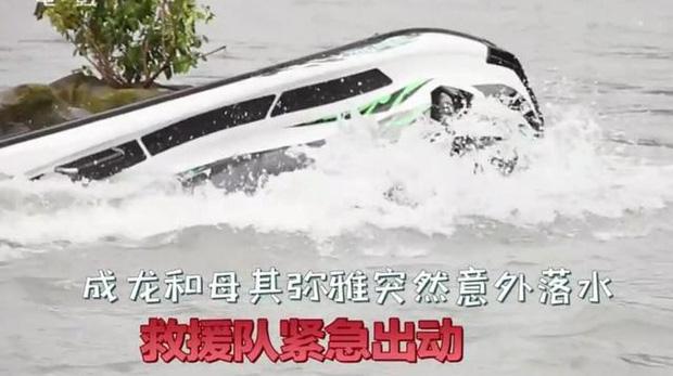 Thành Long gặp tai nạn hậu trường nghiêm trọng, mất tích dưới nước khiến cả ekip lo sốt vó - Ảnh 4.
