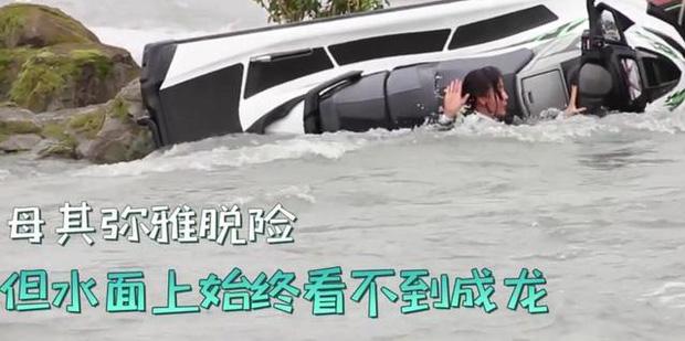 Thành Long gặp tai nạn hậu trường nghiêm trọng, mất tích dưới nước khiến cả ekip lo sốt vó - Ảnh 6.