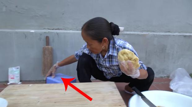 Bà Tân Vlog dùng bàn tay đang nhào bột để kéo ghế ngồi, dân mạng lại than mất vệ sinh - Ảnh 3.