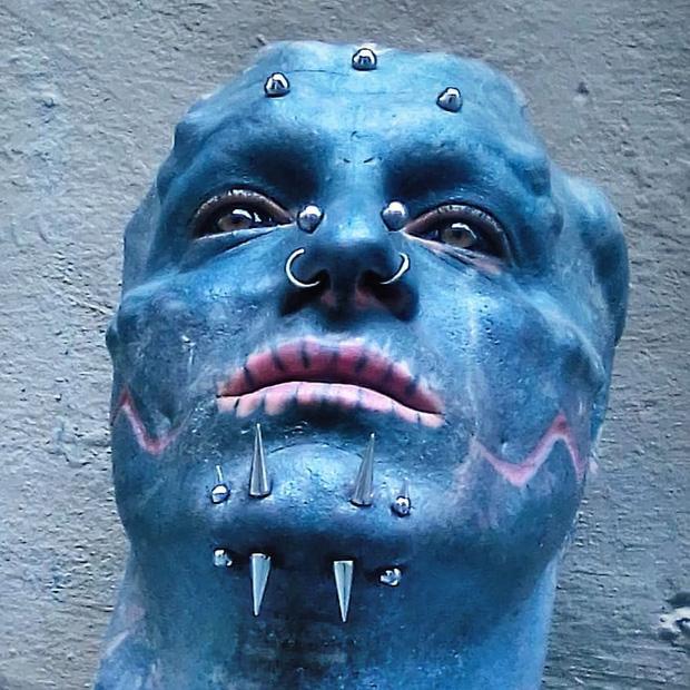 Đẹp trai không muốn, anh chàng quyết tâm phẫu thuật mặt, cắt mũi xẻ lưỡi cho giống người ngoài hành tinh nhất có thể - Ảnh 4.