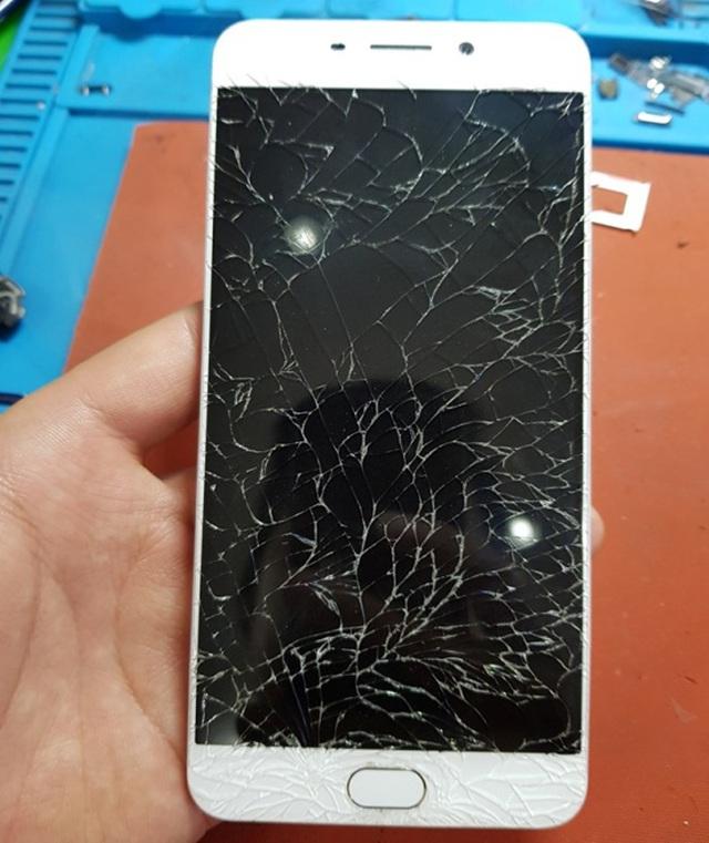 Cảnh báo! Một nữ game thủ bị hỏng mắt vì thói quen sử dụng điện thoại vô cùng nguy hiểm này - Ảnh 1.