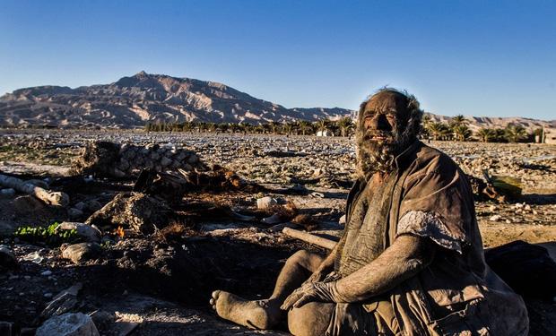 Chân dung người đàn ông được mệnh danh bẩn nhất thế giới suốt hơn 60 năm không tắm dù chỉ 1 lần, nhìn diện mạo ai cũng rùng mình - Ảnh 4.