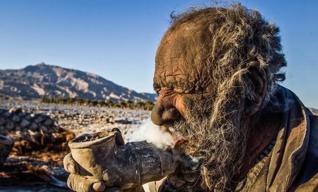 Chân dung người đàn ông được mệnh danh bẩn nhất thế giới suốt hơn 60 năm không tắm dù chỉ 1 lần, nhìn diện mạo ai cũng rùng mình - Ảnh 5.