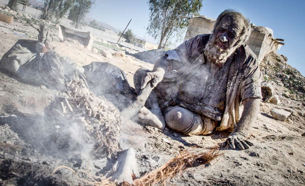 Chân dung người đàn ông được mệnh danh bẩn nhất thế giới suốt hơn 60 năm không tắm dù chỉ 1 lần, nhìn diện mạo ai cũng rùng mình - Ảnh 6.
