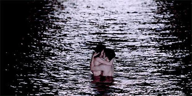 Đỏ mặt phừng phừng với những cảnh nóng diễn ra tại nơi chẳng ai dám ngờ: Lên núi rồi lại xuống biển, thậm chí là ở... nghĩa trang! - Ảnh 3.