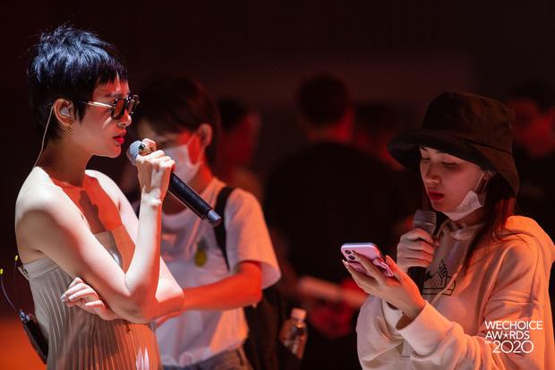 Dàn sao siêu hot đổ bộ sân khấu tổng duyệt WeChoice 2020: Hòa Minzy - Hiền Hồ đọ sắc bất phân, Wowy và dàn thí sinh Rap Việt ngầu quá! - Ảnh 3.