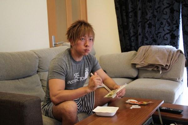 Ken Shimizu khiến fan sốc nặng khi chia sẻ số hộp áo mưa cần dùng cho công việc, tuyên bố cực thẳng thắn về vấn đề nhạy cảm - Ảnh 1.