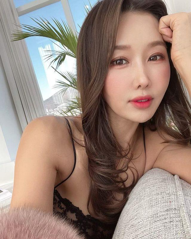 Tự lấy bản thân làm mẫu, thay đồ ngay trên sóng để bán hàng, nữ YouTuber xinh đẹp gây sốc khi tiết lộ tuổi thật của mình - Ảnh 1.