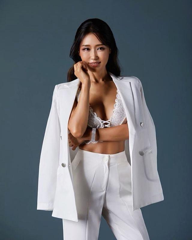 Tự lấy bản thân làm mẫu, thay đồ ngay trên sóng để bán hàng, nữ YouTuber xinh đẹp gây sốc khi tiết lộ tuổi thật của mình - Ảnh 6.
