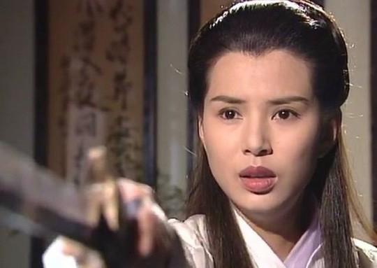 Mỹ nhân có nhan sắc trồi sụt lia lịa trong phim Kim Dung: Bản thì 500 anh em đua nhau chìa Ba Bích, bản thì cho chúng tôi còn đánh thêm - Ảnh 6.