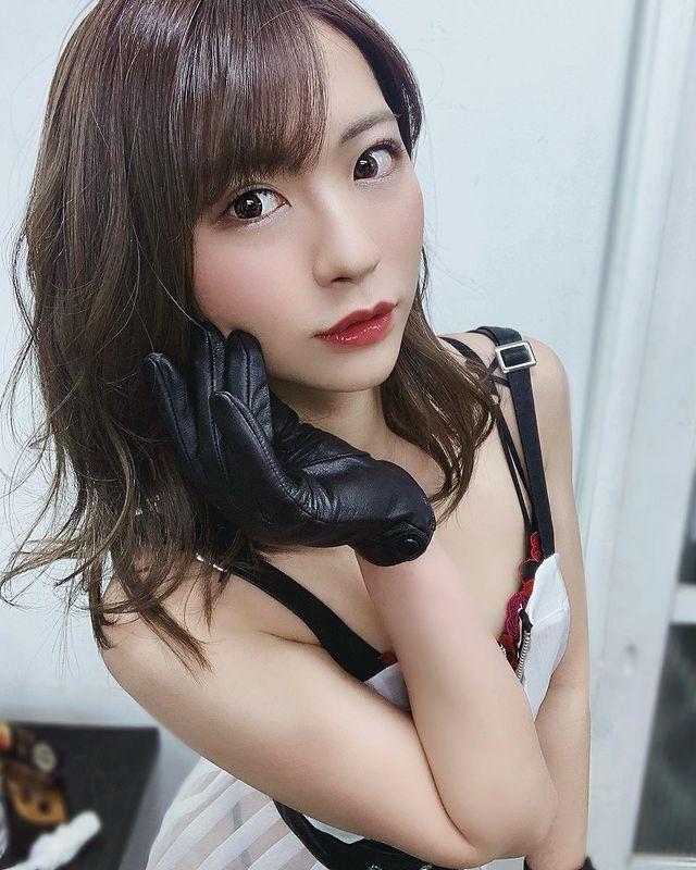Bị mẹ cấm mặc hở hang, nàng hot girl quyết dấn thân thành đồng nghiệp của Yua Mikami, ra mắt tới phim thứ 15 vẫn là con ngoan - Ảnh 5.