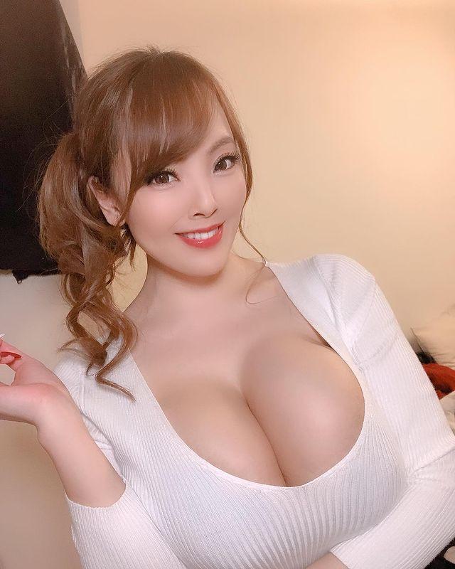 Bị nghi ngờ hack cheat vòng một, đàn chị của Yua Mikami cay cú, tự công khai ảnh chụp X-quang ngực để chứng minh - Ảnh 2.