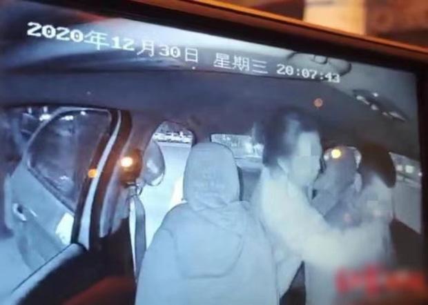 năm 2021 hot nhất MXH xứ Trung: Chàng tài xế taxi điển trai bị nữ hành khách cưỡng hô Photo-1-16097453498601316861044