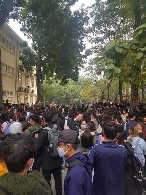 """Độ Mixi xuất hiện, fan vây kín, Đại học Kinh tế Quốc dân """"thất thủ"""" - Ảnh 2."""