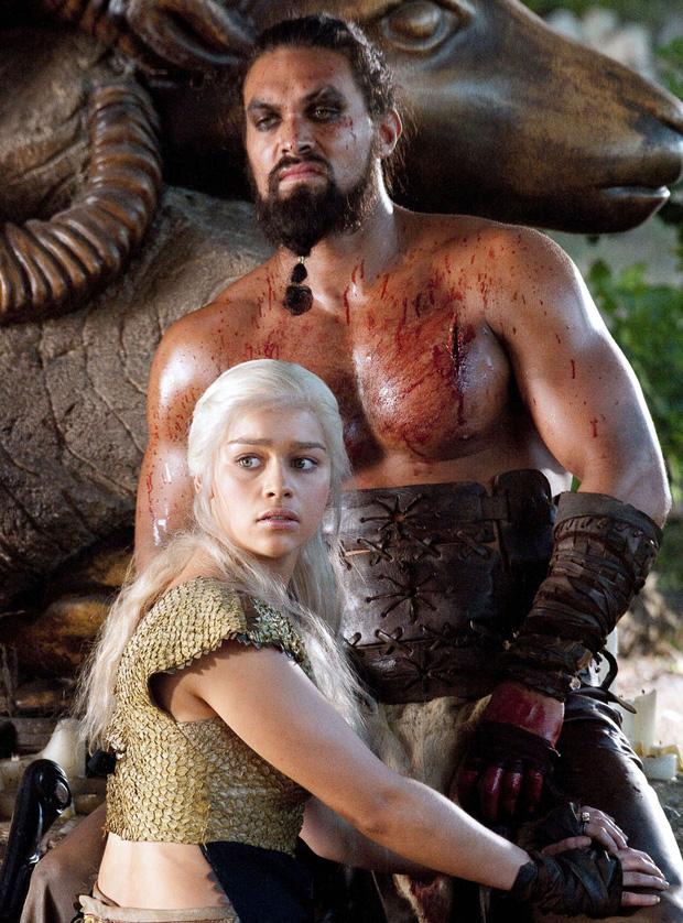 Bí mật í ẹ sau cảnh nóng sốc nhất Game of Thrones: Vì sao nữ chính không thể tự chủ, bỏ diễn cả ngày vì thấy vùng kín Jason Momoa? - Ảnh 1.