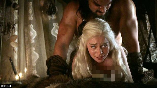 Bí mật í ẹ sau cảnh nóng sốc nhất Game of Thrones: Vì sao nữ chính không thể tự chủ, bỏ diễn cả ngày vì thấy vùng kín Jason Momoa? - Ảnh 2.
