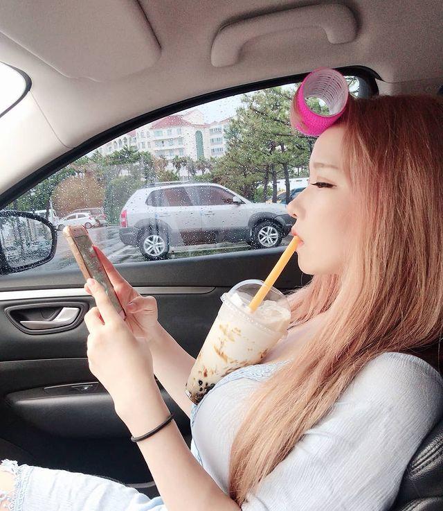 Dùng ngực để uống trà sữa khi chơi game, cô gái xinh đẹp khiến dân mạng mỏi mắt tìm info vì vòng một quá ấn tượng - Ảnh 6.