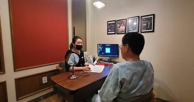 Giới trẻ Hàn Quốc dẫn phụ huynh đi phẫu thuật thẩm mỹ để báo hiếu - Ảnh 1.