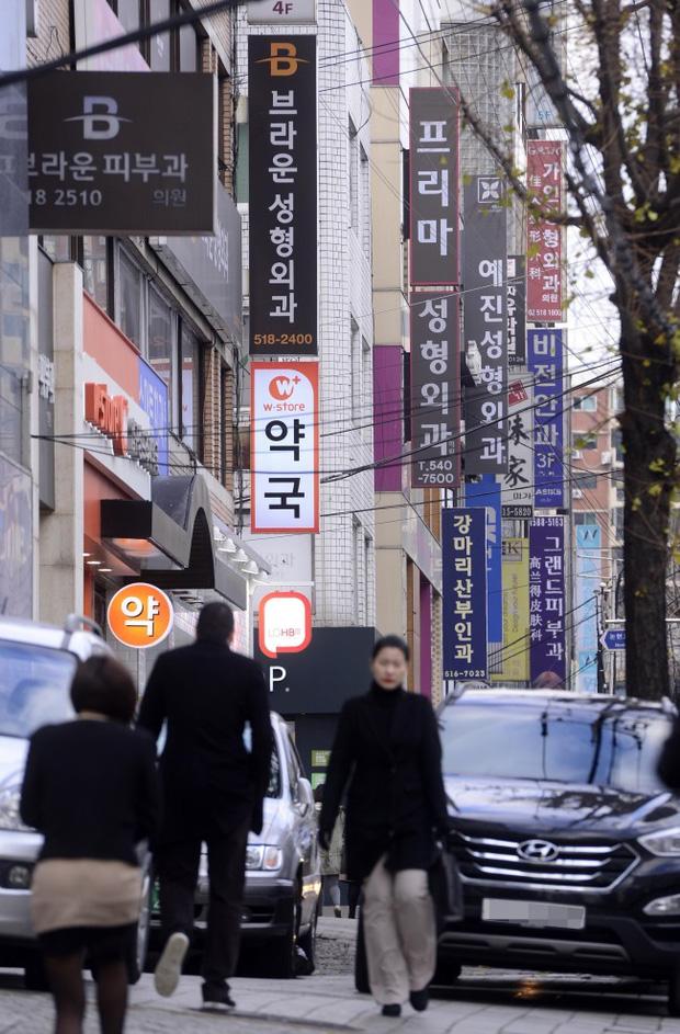 Giới trẻ Hàn Quốc dẫn phụ huynh đi phẫu thuật thẩm mỹ Photo-4-16139785214772102577008